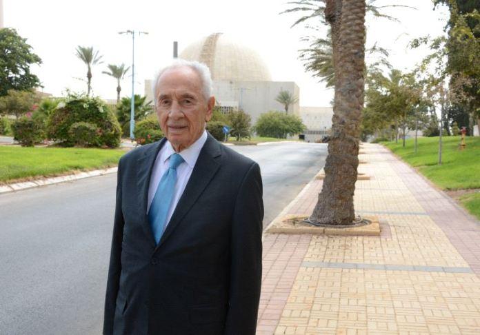 Peres ydintutkimuslaitoksen edustalla (Photo by: COUNCIL FOR ATOMIC ENERGY)